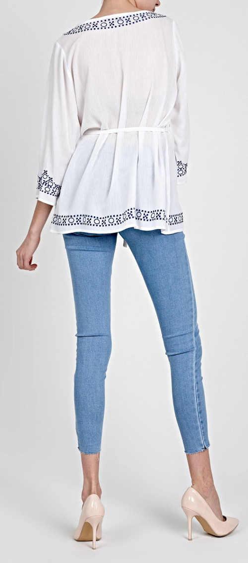 Biała długa bluzka z niebieskim haftem i paskiem