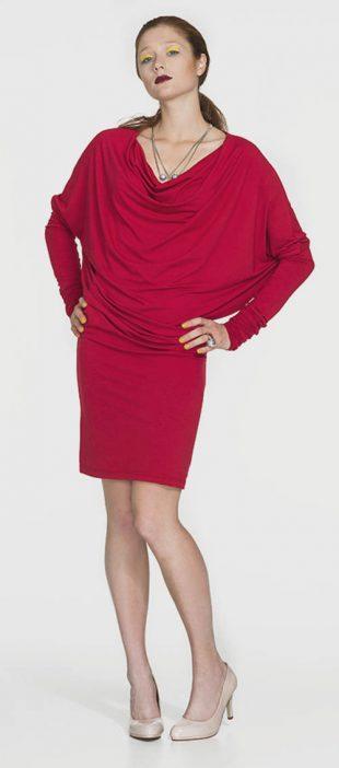 Czerwona sukienka tunikowa z niekończącymi się rękawami