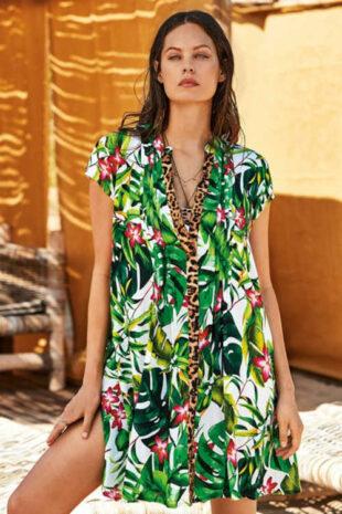Nowoczesna sukienka plażowa w jasnym kolorze z kwiatowym wzorem