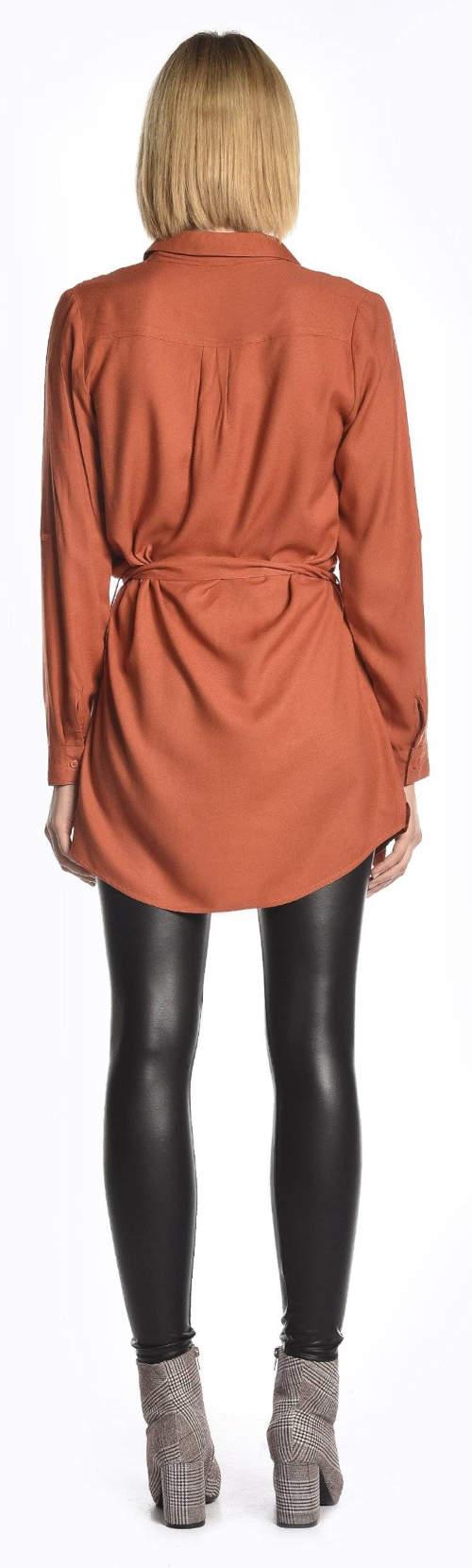 Pomarańczowa przedłużona tunika i czarne błyszczące legginsy